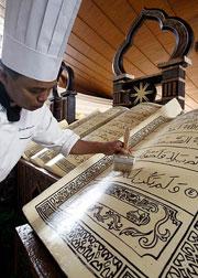 В холле отеля Grand Melia Hotel в Джакарте в течение всего священного для мусульманского мира месяца Рамадан можно было любоваться гигантским Кораном