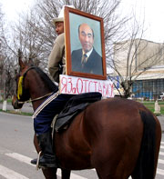 Аскар Акаев сложил полномочия, оранжевая революция в Киргизии состоялась окончательно