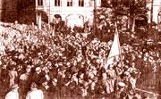 Жители Риги приветствуют освободителей – воинов Советской Армии. Октябрь 1944.